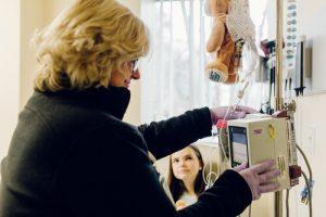 20191120 medi 0275 websize2 300x200 - Aos 12 anos ela inventou um ursinho para acalmar as crianças que precisam de infusão intravenosa