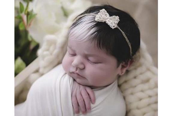 bebe com mecha branca - Bebê nasce com mexa de cabelo branca e encanta com tamanha beleza
