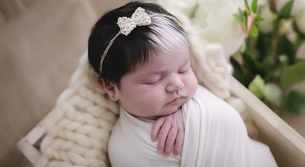 newborn mayah 4 - Bebê nasce com mexa de cabelo branca e encanta com tamanha beleza