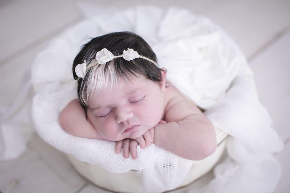 newborn mayah 6 - Bebê nasce com mexa de cabelo branca e encanta com tamanha beleza