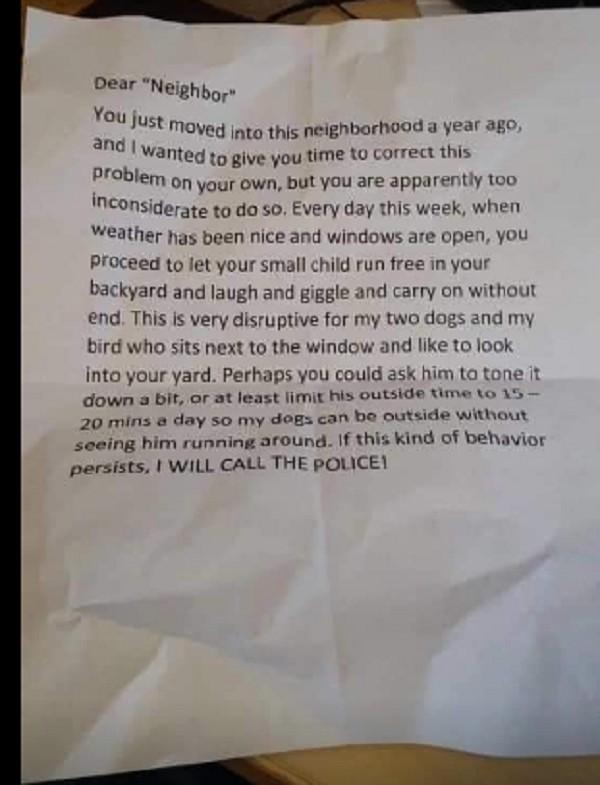 """vizinho1 - Vizinho reclama que risada de criança incomoda seus cachorros e pássaro """"É muito perturbador"""""""