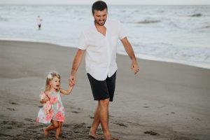 carly rae hobbins M44ppvVbnEQ unsplash 300x200 - Estudo indica que ter uma filha faz com que os homens sejam menos machistas