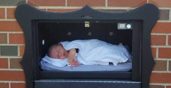 """3 28 - Bruxelas instala """"caixa de correio"""" para bebês indesejados - absurdo ou louvável ?"""