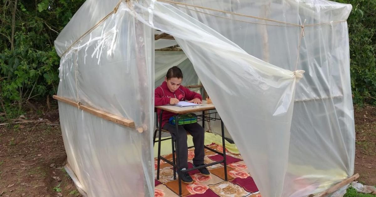Design sem nome 82 - Pai constrói barraca de madeira e lona para filho acompanhar aulas virtuais no RS