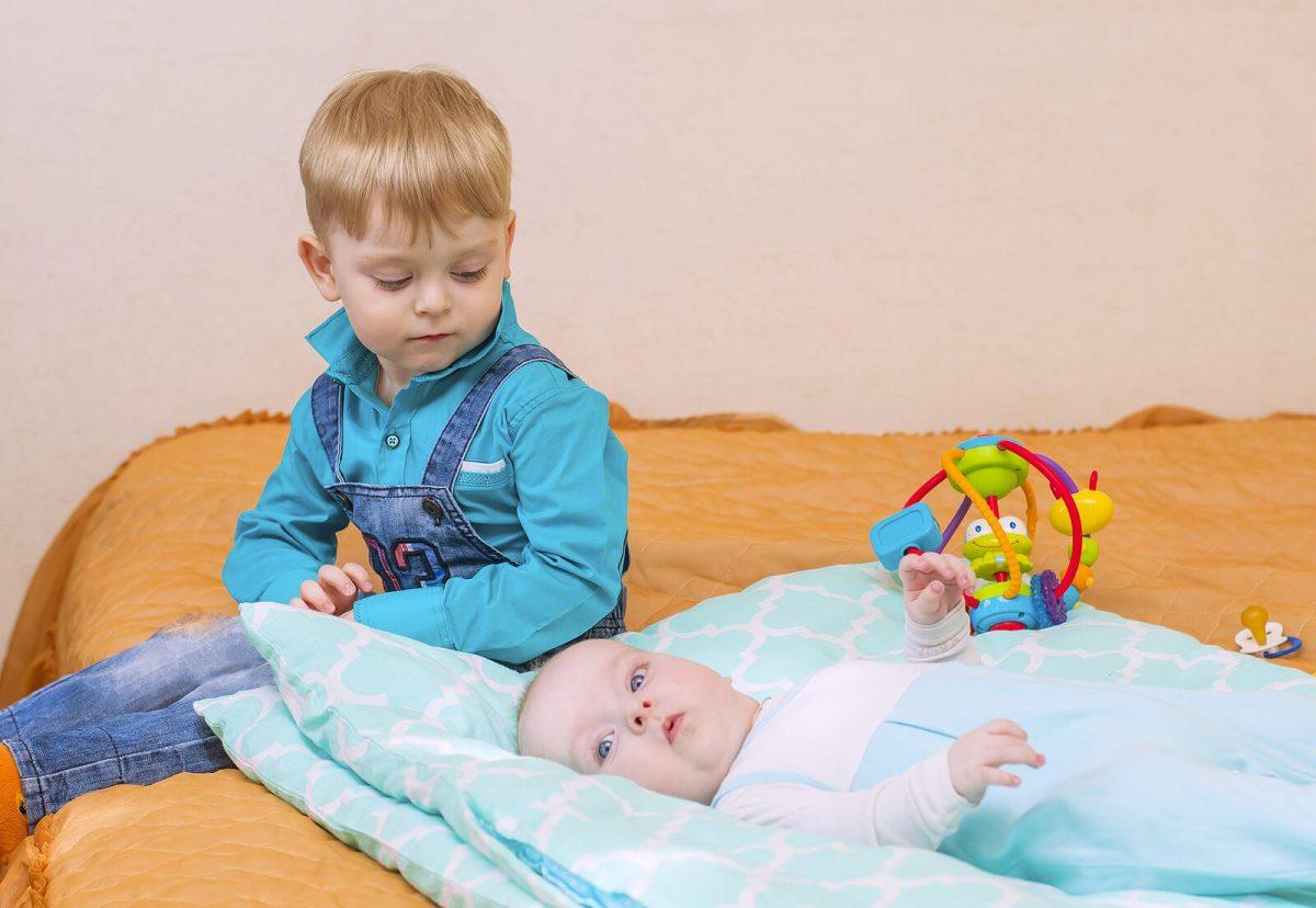 nino celos hermano pequeno bebe scaled - A sobrecarga do irmão mais velho