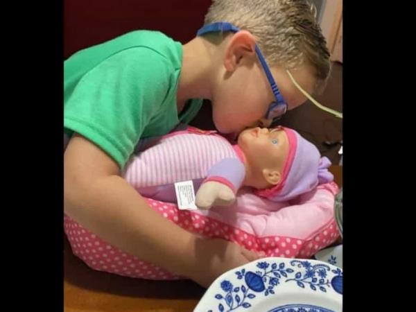 202011032116 bf55c4c3de - Menino pede boneca de presente à mãe e o motivo e simplesmente inacreditável