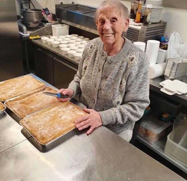 263157133.jpg.gallery 650x630 - Tataravó de 89 anos faz centenas de tortas para alimentar crianças famintas