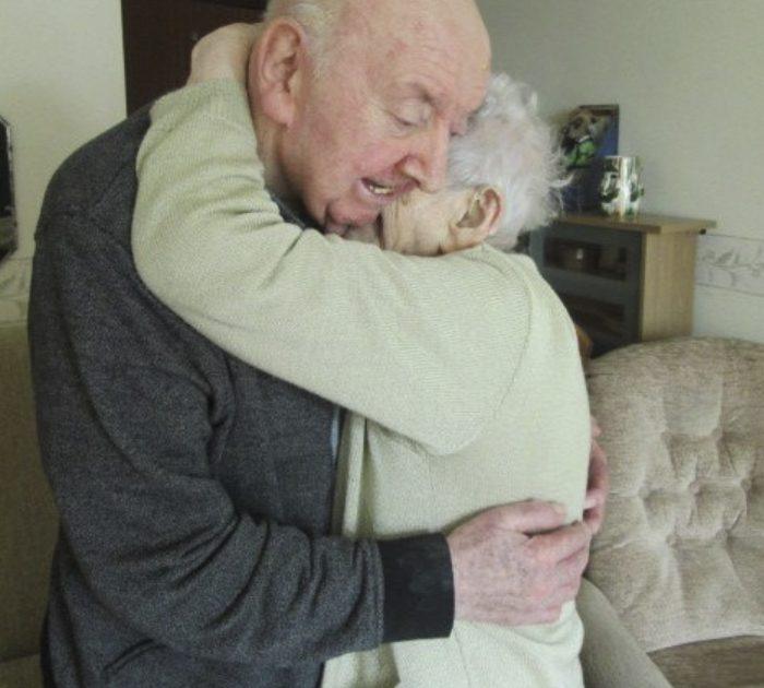 98 year old mother care home 80 year old son ada tom keating liverpool 59f6e21ea794d 700 700x630 - Mãe de 98 anos muda-se para uma casa de repouso para cuidar de seu filho de 80 anos