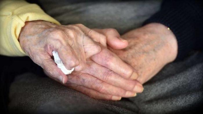 98 year old mother care home 80 year old son ada tom keating liverpool 7 59f6e0875c953 700 - Mãe de 98 anos muda-se para uma casa de repouso para cuidar de seu filho de 80 anos