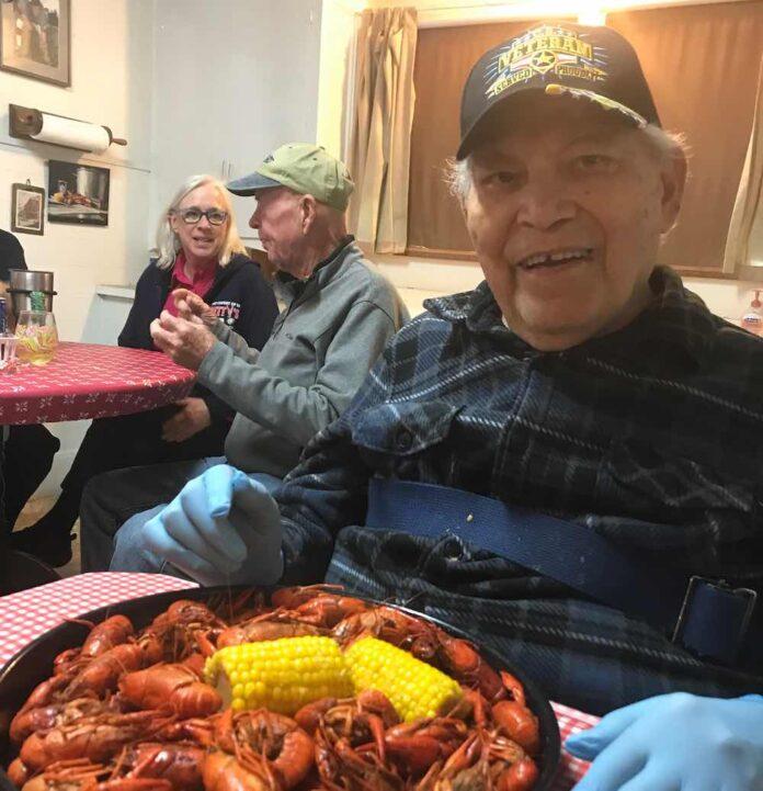 Grandpa eating Crawfish in Louisiana submitted by Jo Gilbert 696x721 1 - Em vez de colocá-lo no lar de idosos, o neto leva o avô de 95 anos para uma viagem épica