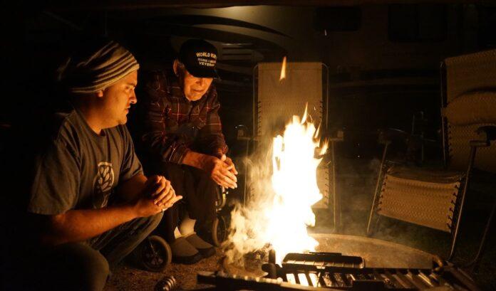 WWII vet Grandpa with grandson campfire aging submitted by Jo Gilbert 696x409 1 - Em vez de colocá-lo no lar de idosos, o neto leva o avô de 95 anos para uma viagem épica