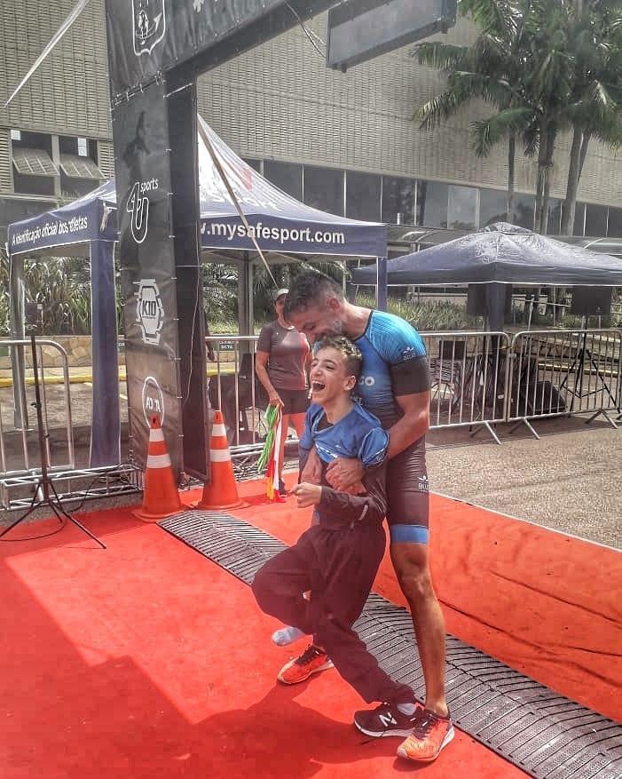"""4 11 - Pai participa de triátlon com filho que tem paralisia cerebral e diz com orgulho: """"É minha inspiração!"""""""