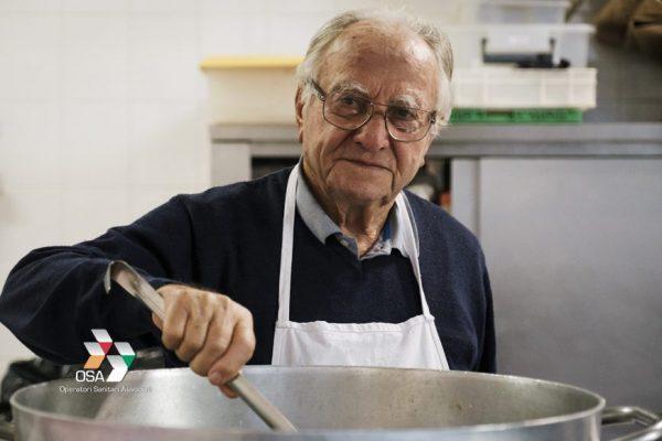 """idoso cozinhando 1 e1606156542198 - ''O cozinheiro dos pobres"""", Chef italiano de 91 anos cozinha todos os dias para os moradores de rua"""