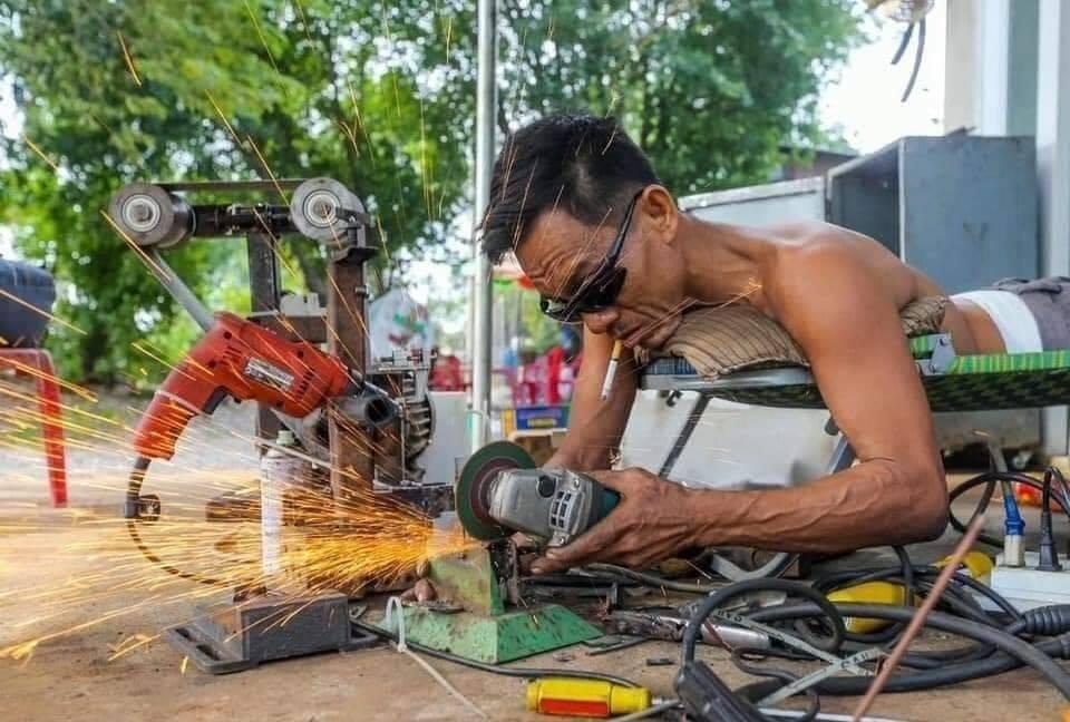 mechanic 2 - Apesar de ser paraplégico este mecânico trabalha arduamente para sustentar sua família