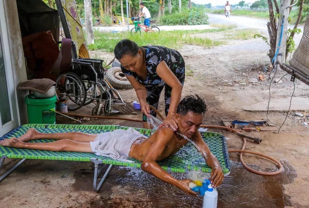 mechanic 4 - Apesar de ser paraplégico este mecânico trabalha arduamente para sustentar sua família