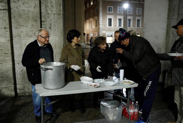 """rts310s0 - ''O cozinheiro dos pobres"""", Chef italiano de 91 anos cozinha todos os dias para os moradores de rua"""