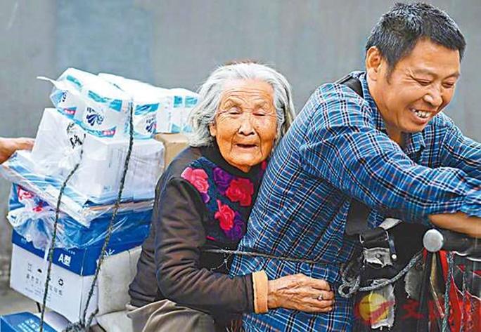 17 2 - Há 7 anos, o entregador leva sua mãe de 92 anos com Alzheimer junto com ele no trabalho