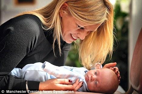 article 1262398 08D91378000005DC 670 468x311 - Mãe é colocada em coma induzido para salvar a vida dela e de seu filho ainda não nascido
