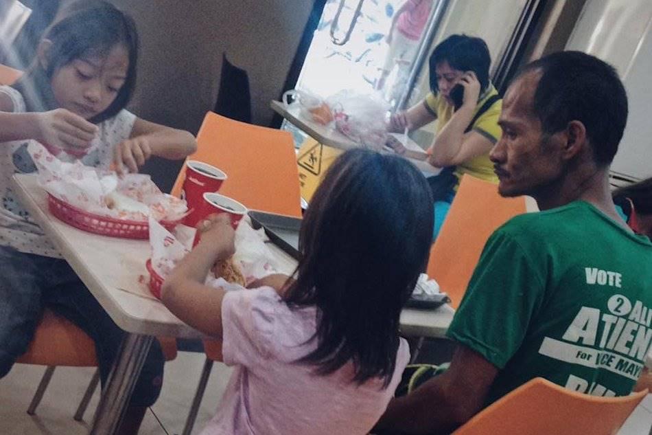 pic298 - Pai deixa de comer para poder bancar refeição das filhas em data especial